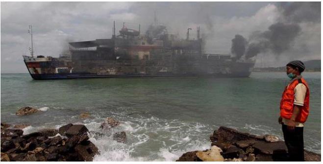 Kapal Feri KMP Lautan Teduh II yang terbakar di perairan Selat Sunda ...